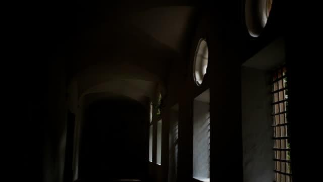 ルーマニア語様式の建物の内部 - 建築上の特徴 アーチ点の映像素材/bロール