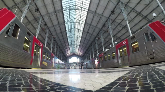 vídeos de stock e filmes b-roll de interior of rossio railway station in lisbon, portugal - transporte público