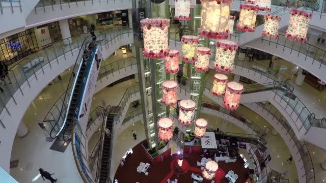 interior of siam paragon shopping centre, bangkok, thailand, southeast asia, asia - ショッピングセンター点の映像素材/bロール