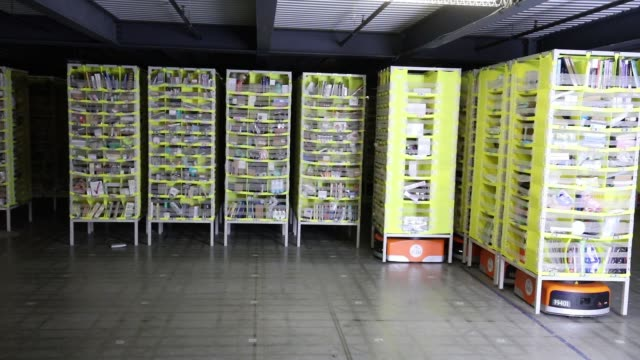 stockvideo's en b-roll-footage met interior of the amazon fulfillment center as robots move shelves around in kenosha wisconsin august 1 2017 photographer jim young shots wide shot of... - kiva