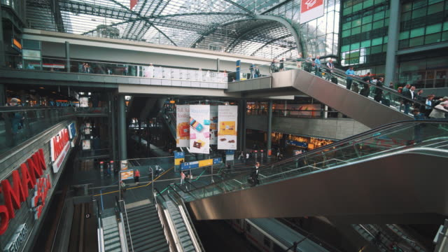 interior of the berlin hauptbahnhof - 階段点の映像素材/bロール