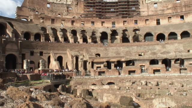 vídeos y material grabado en eventos de stock de pan interior of the coliseum ruins / rome, lazio, italy - gladiador