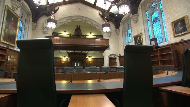 interior panning shots of empty supreme court chamber with public gallery visible on november 29, 2016 in london, england. - corte suprema palazzo di giustizia video stock e b–roll