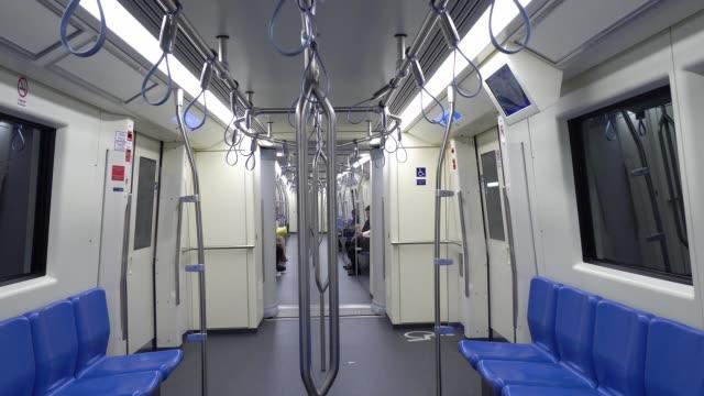 vídeos de stock, filmes e b-roll de passageiro do quarto interior do metro. - dentro