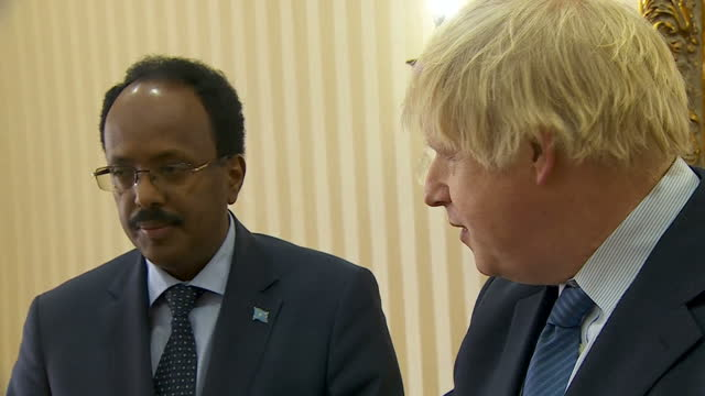 interior shot boris johnson foreign secretary speaks next to mohamed abdullahi mohamed somali president about the drought and starvation affecting... - アフリカの角点の映像素材/bロール