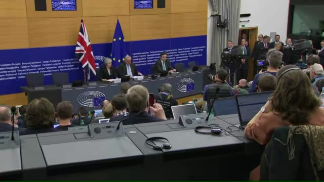 stockvideo's en b-roll-footage met interior shot of european commission president jeanclaude juncker and british prime minister theresa may attend a news conference in strasbourg on 11... - minister president