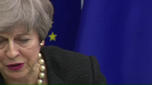 stockvideo's en b-roll-footage met interior shot of european commission president jeanclaude juncker and british prime minister theresa may attend a news conference in strasbourg on 11... - britse labor partij