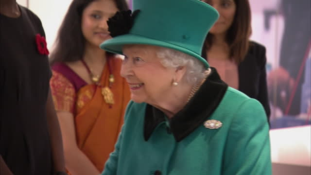 interior shot of queen elizabeth ii on a tour of the new schroders headquarters on 7th november 2018 in london england - königin elisabeth ii. von england stock-videos und b-roll-filmmaterial