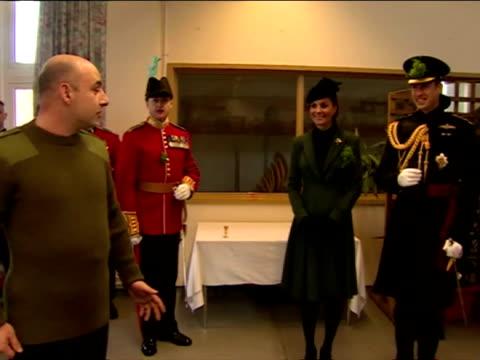 vidéos et rushes de interior shots a toast is proposed to the duke duchess of cambridge by 1st battalion irish guards duke duchess of cambridge visit the 1st battalion... - mons barracks