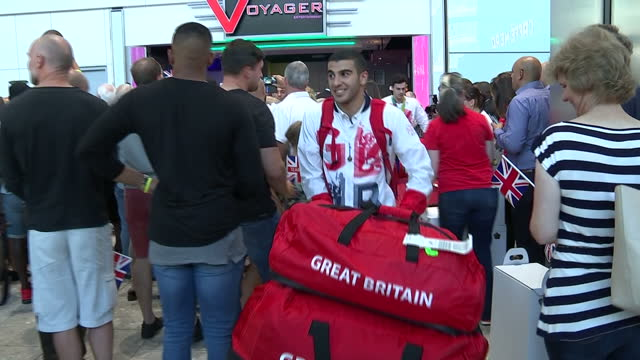 vidéos et rushes de interior shots adam gemili team gb athlete and silver medal winner greeting family at heathrow airport after returning from the rio 2016 olympic... - par équipe
