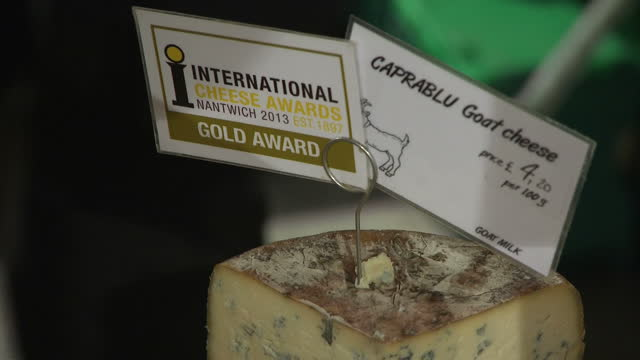 interior shots anonymous cheese being sold at a food market fair, stacks of european cheese including blue cheese, caprablu goat cheese with award... - ラテックス点の映像素材/bロール