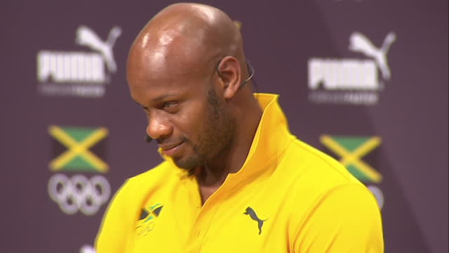 vídeos y material grabado en eventos de stock de interior shots asafa powell, jamaican sprinter at team jamaica press conference on august 08, 2016 in rio de janeiro, brazil. - jamaiquino