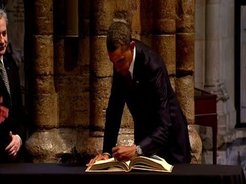 vidéos et rushes de interior shots barack obama signs the visitors book inside westminster abbey as his wife michelle looks on barack obama signs westminster abbey... - book