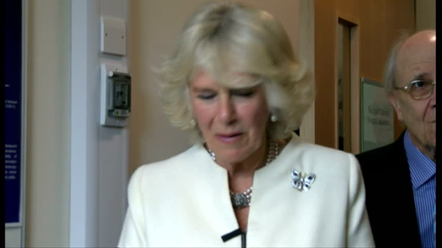 vidéos et rushes de interior shots camilla duchess of cornwall being given a demonstration of practice surgery on a model of a knee at the nuffield orthopaedic centre on... - colonne vertébrale humaine