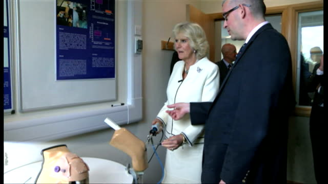 vidéos et rushes de interior shots camilla duchess of cornwall using practice surgery model of a knee at the nuffield orthopaedic centre on may 09 2014 in oxford england - colonne vertébrale humaine