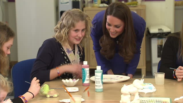 interior shots catherine, duchess of cambridge helps to paint with little girl at the treehouse hospice. interior shots catherine chats with girl in... - イーストアングリア点の映像素材/bロール