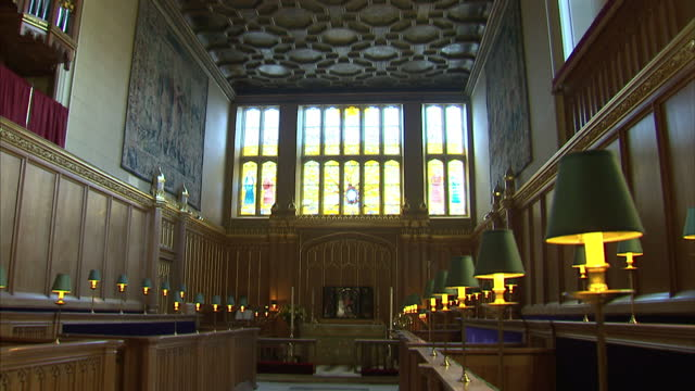 vídeos de stock e filmes b-roll de interior shots chapel royal, st james's palace where prince george is christened. preparations for royal christening underway on october 22, 2013 in... - realeza