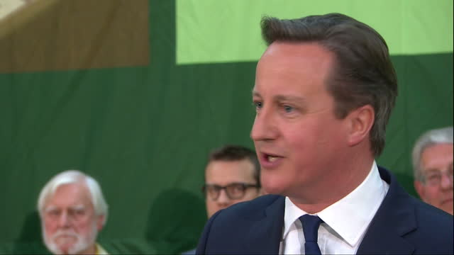vidéos et rushes de interior shots david cameron gives speech at counting hall after holding his seat in the witney constituency on may 08 2015 - 2015
