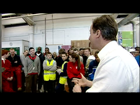 vidéos et rushes de interior shots david cameron speaking to student who questions the tories' view on recession. david cameron has faced a tough audience during a trip... - élection