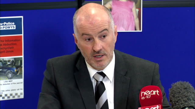 interior shots det supt reg bevan, dyfed-powys police and supt ian john, dyfed-powys police press conference day 3 search for missing april jones on... - aprile video stock e b–roll