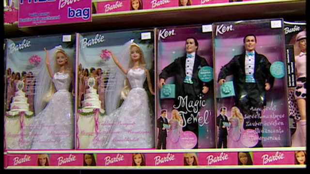 interior shots dolls on display in hamleys toy shop. includes barbie dolls, kelly club dolls and diva starz. on september 15, 2002 in london, england. - negozio di giocattoli video stock e b–roll