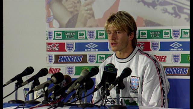 stockvideo's en b-roll-footage met interior shots footballer england international player david beckham speaking at news conference presser ahead of 1998 fifa world cup on june 11 1998... - wereldkampioenschap