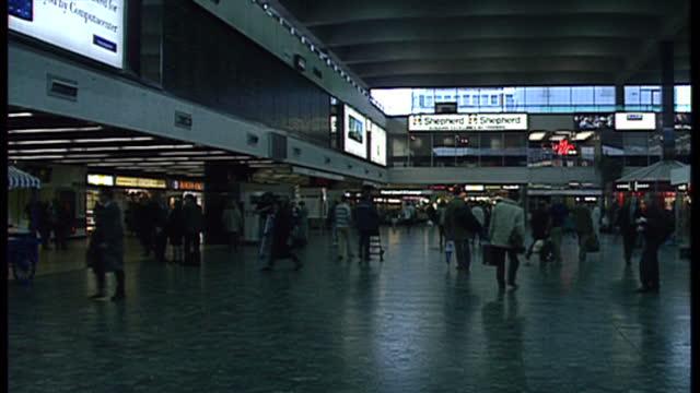 stockvideo's en b-roll-footage met interior shots, general views of euston station on november 18, 1994 in london, england. - loterijlootje