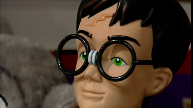 vidéos et rushes de interior shots harry potter toys on display in toy shop with key rings hanging on rail and harry potter soft toys including characters harry potter,... - harry potter titre d'œuvre