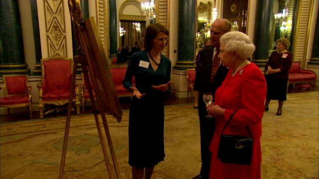 vídeos de stock e filmes b-roll de interior shots hm queen elizabeth ii and prince philip, duke of edinburgh at buckingham palace reception to commemorate 800th anniversary of signing... - magna carta documento histórico