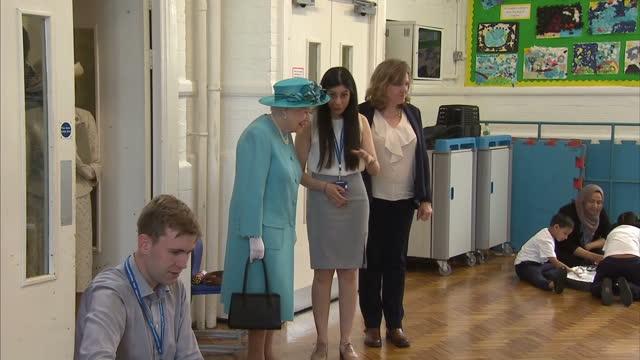 Interior shots HM Queen Elizabeth II visiting Mayflower Primary School in Poplar London on November 16 2017 in Kingston upon Poplar London England