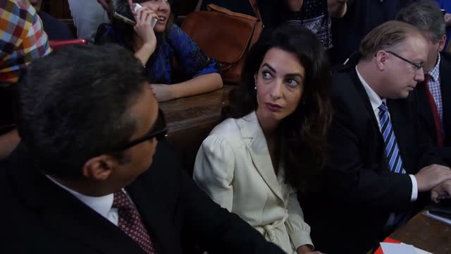 vidéos et rushes de interior shots human rights lawyer amal clooney and journalist mohamed fahmy in courtroom ahead of al jazeera journalists verdict on august 29, 2015... - avocat juriste