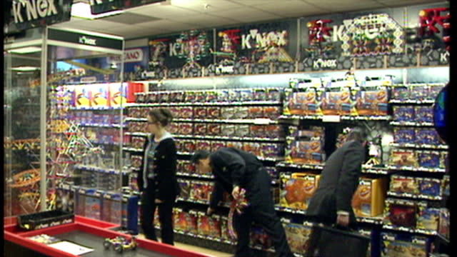 interior shots k'nex toys on display in toy shop with pre-built k'nex ferris wheel spinning on display stand. on november 25, 1998 in london, england. - negozio di giocattoli video stock e b–roll