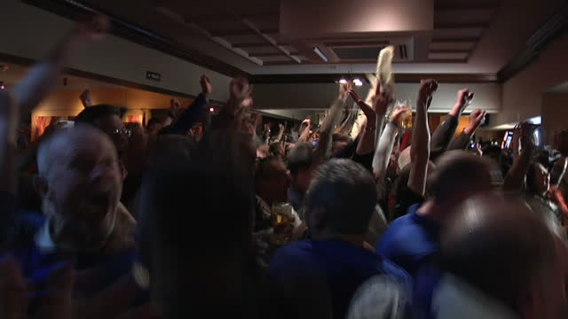 vídeos de stock, filmes e b-roll de interior shots leicester city fans celebrating in pub as chelsea score goal against tottenham in premier league match that made leicester city the... - bar