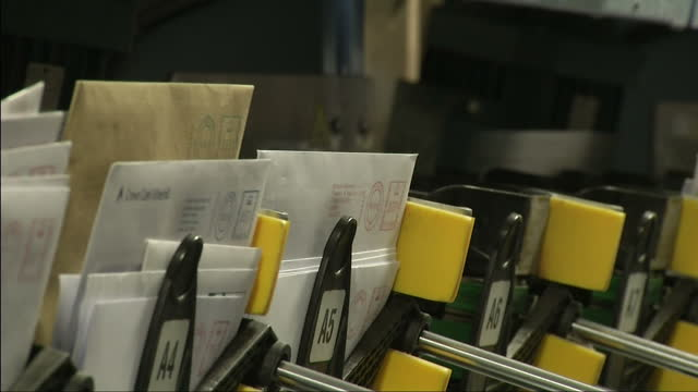 vídeos y material grabado en eventos de stock de interior shots letters being sorted by mail sorting machine at royal mail sorting office. royal mail undervalued by the government on october 24,... - buzón postal