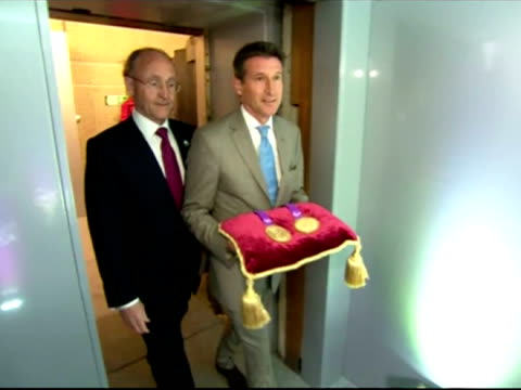 vidéos et rushes de interior shots locog chief lord coe & the chairman of rio tinto, jan du plessias walk into vault inside the tower of london & hand over london... - président d'organisation