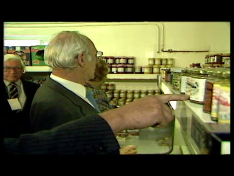 interior shots margaret thatcher & husband dennis thatcher browsing produce in local food store & making purchases. * clip is mute * - b roll stock videos & royalty-free footage