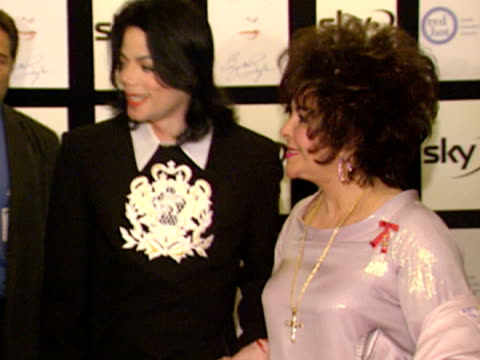 interior shots michael jackson and dame elizabeth taylor arrive in foyer and have a quick word with the press michael jackson archive footage at... - マイケル・ジャクソン点の映像素材/bロール