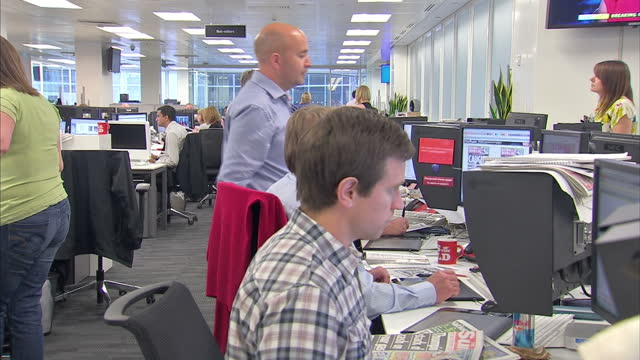 interior shots news of the world staff working in newsroom on the last ever edition of the newspaper staff working in news of the world newsroom on... - press room stock videos & royalty-free footage