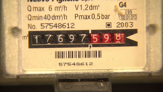 vídeos de stock, filmes e b-roll de interior shots of a home gas meter box showing close ups of gas meter numbers turning over and the door of the gas meter cabinet being opened and... - eficiência energética
