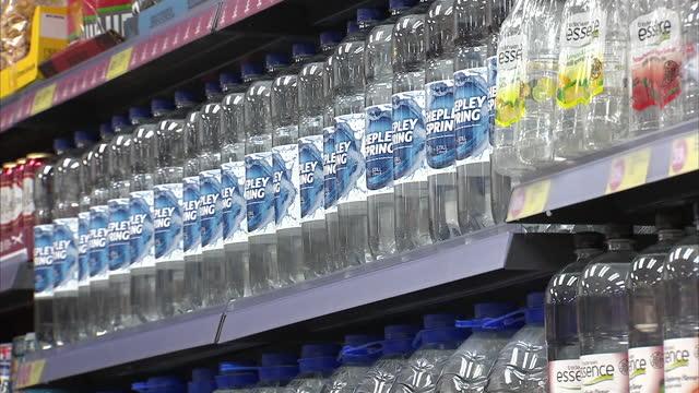 interior shots of a iceland supermarket drinks aisle including whites lemonade bottle, large bottles of coca cola, pepsi, fanta, dr pepper, lucozade... - carbonated stock videos & royalty-free footage