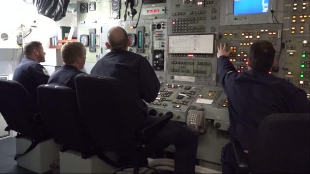 interior shots of a nuclear submarine, hms vigilant, with crewmen conducting traning drill on 2nd may 2019, scotland. - 潜水艦点の映像素材/bロール