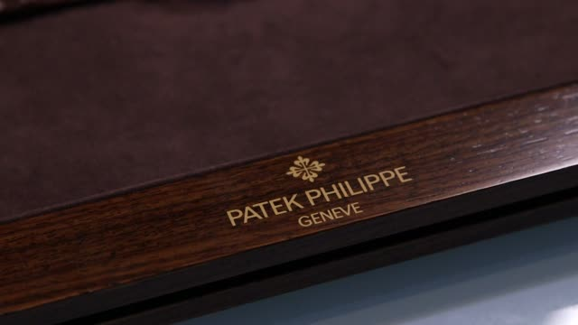 interior shots of a patek philippe watch in a velvet and wood box in new york city, new york on 11-5-2014. no sound, close shot of the watch lying in... - ベルベット点の映像素材/bロール