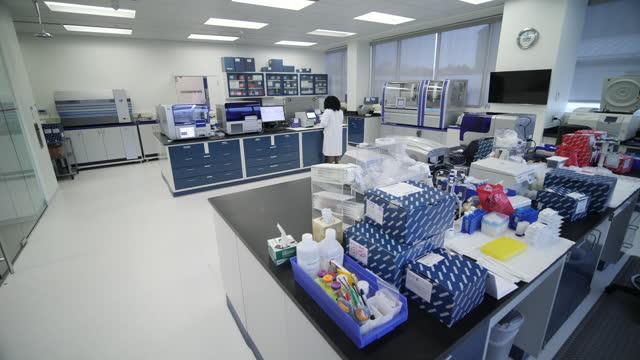 vídeos y material grabado en eventos de stock de interior shots of a scientist carrying out tests in a coivd-19 testing lab on 11 march 2020 in maryland, united states. - epidemiología