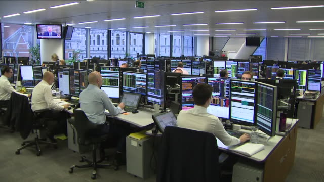 vídeos de stock, filmes e b-roll de interior shots of a stock market trading floor on 16 january 2019 in london united kingdom - bolsa de valores de londres