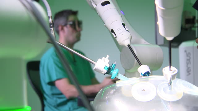 interior shots of a surgical robot at work performing stitching on a dummy arm on 15 september 2019 in cambridge, united kingdom - operation stock-videos und b-roll-filmmaterial