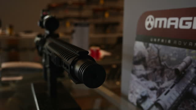 stockvideo's en b-roll-footage met interior shots of a telescopic sight on display in nova guns on october 09 2015 in mclean virginia - vuurwapenwinkel