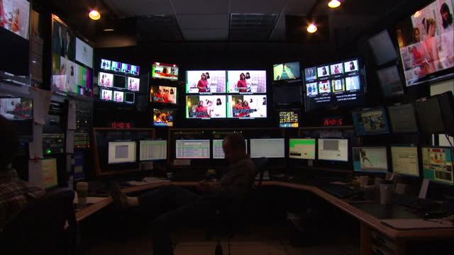 vidéos et rushes de interior shots of a tv studio and gallery in denver prior to the first presidential debate on october 03, 2012 in denver, colorado. - studio de télévision