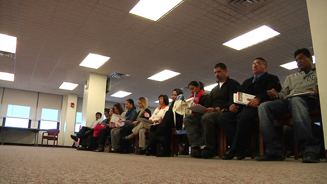 interior shots of a us citizenship naturalisation ceremony taking place on november 21, 2014 in new york city. - 市民点の映像素材/bロール
