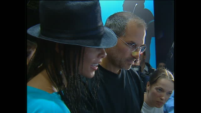 interior shots of alicia keys singer and steve jobs ceo of apple computers looking at laptop computer screen at launch of itunes website on june 15th... - mp3プレイヤー点の映像素材/bロール