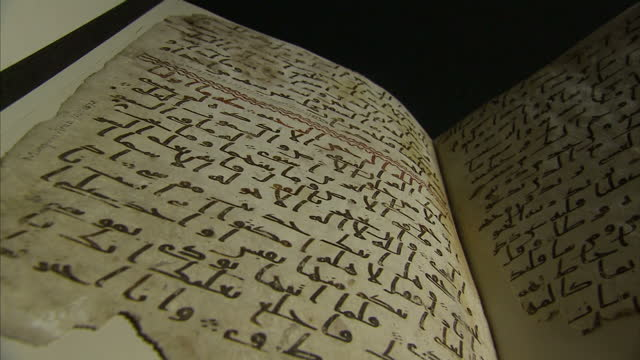 vídeos y material grabado en eventos de stock de interior shots of an ancient quran manuscript radiocarbon dated as at least 1370 years old and written in the ancient arabic script of hijazi the... - koran